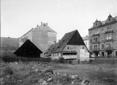 Original houses in the site of houses No. 79 and 768. The Valdštejn Café is located in the background, the German House on the right. Photo by J. Haberzettl, 1903, SOkA Cheb.