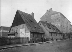 The half-timbered house in the place of which the apartment block and department store of the firm Focke & Pichler (No. 79) was built. Photo by J. Haberzettl, 1903, SOkA Cheb.